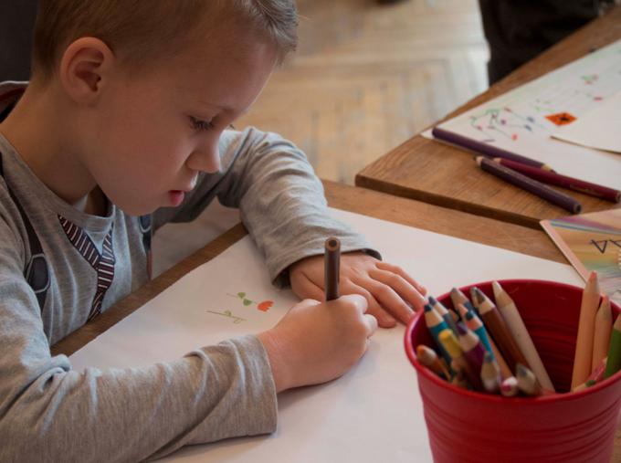 Dzieci i świat chłopiec rysuje